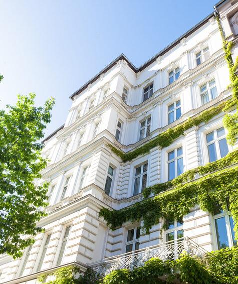 Altbau und Bäume in Deutschland